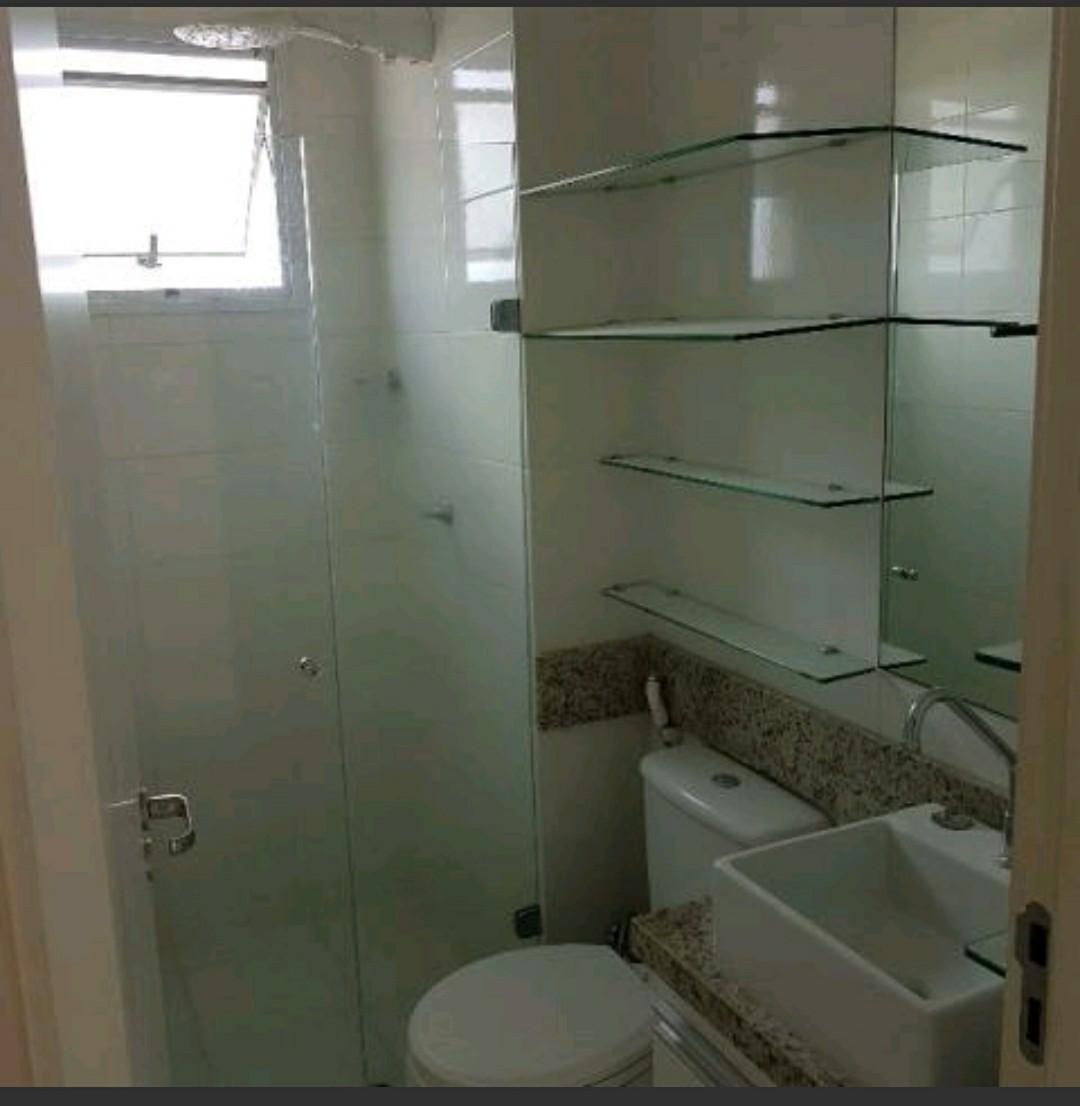 12 de 15: Banheiro com box espelho e armários