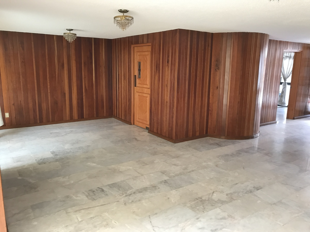 2 de 21: sala con pisos de marmol