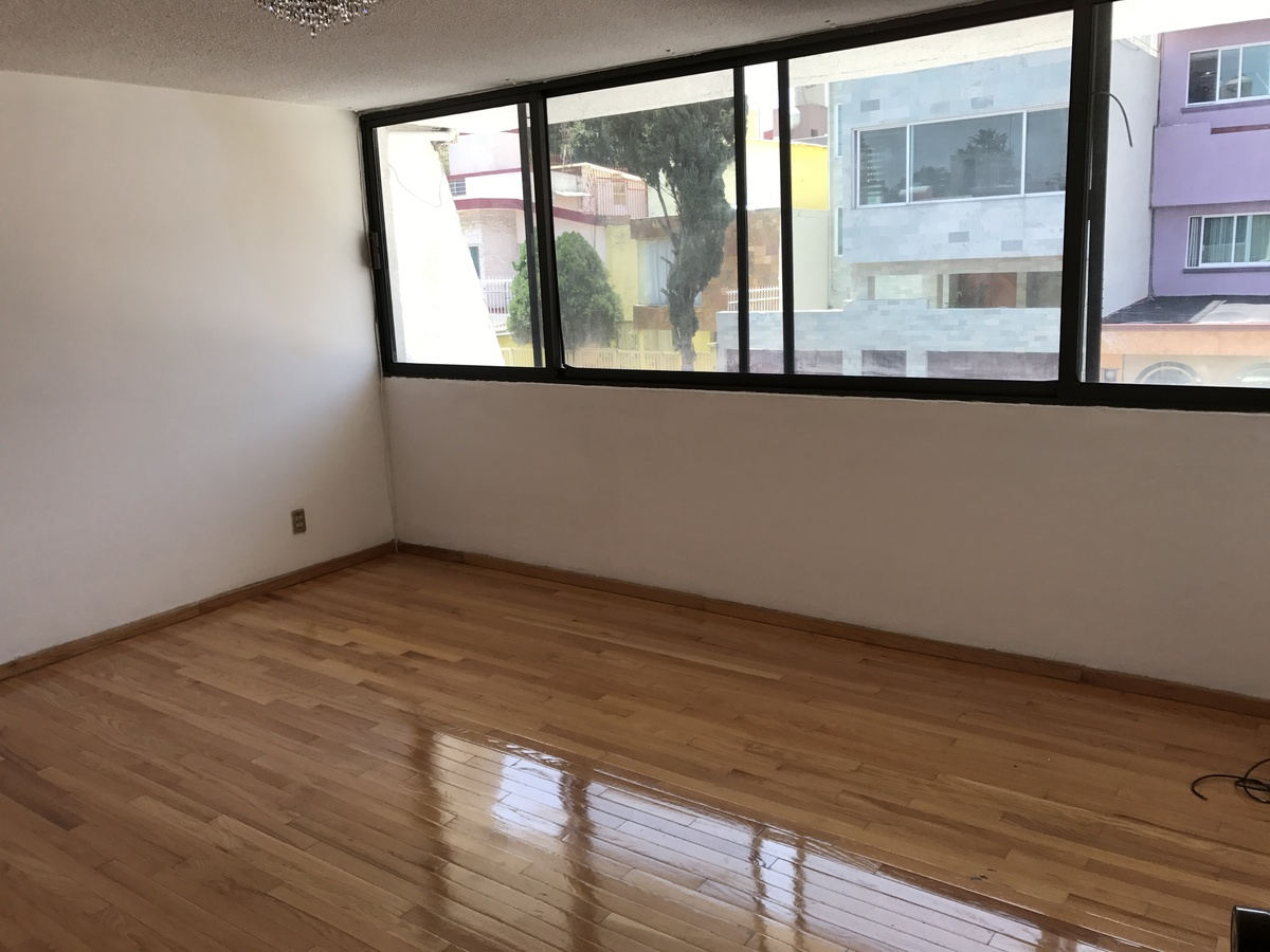 7 de 21: recamaras con pisos de madera impecable