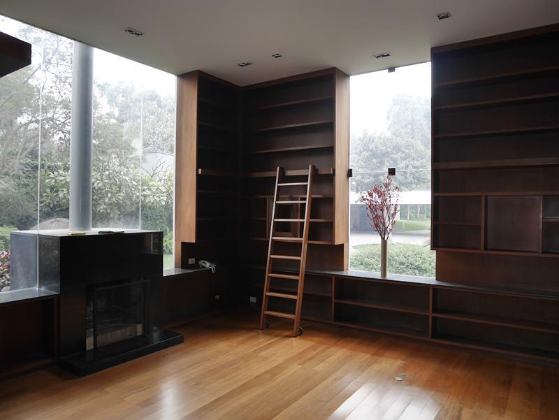 10 de 41: Biblioteca toda enchapada en madera