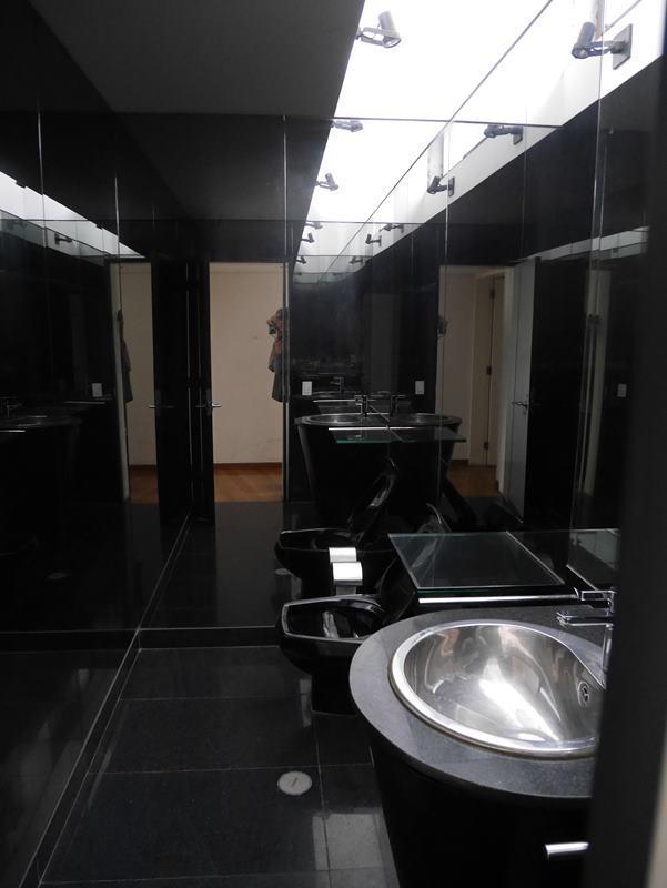 38 de 41: Baño de visitas en negro absoluto