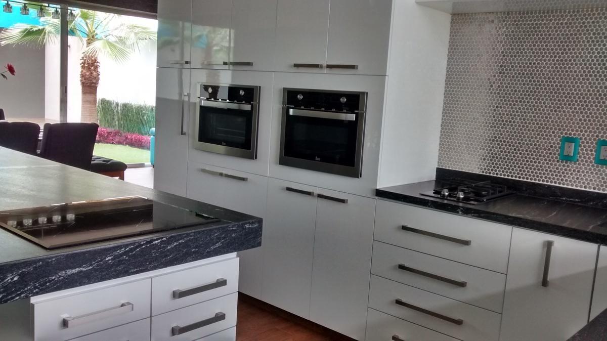 31 de 32: fogón y hornos de cocina e isla
