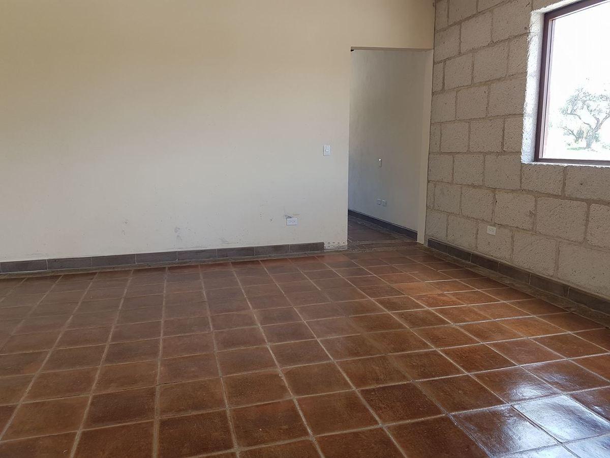 2 of 5: Acabados de Madera, Sillar y pisos de barro