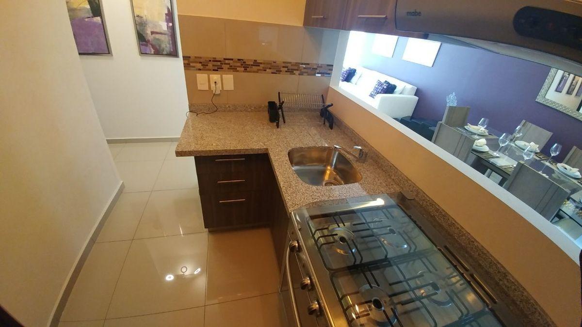 5 de 11: Interior de la cocina con vista a sala y comedor.