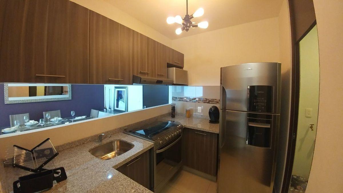 7 de 11: Interior de Cocina Con barra de granito.