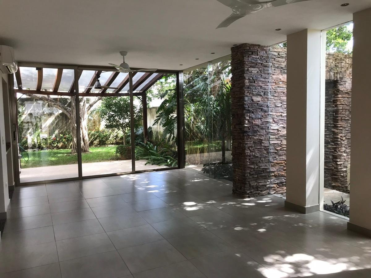 4 of 35: Amplia area de comedor con grandes ventanles hacia el jardin