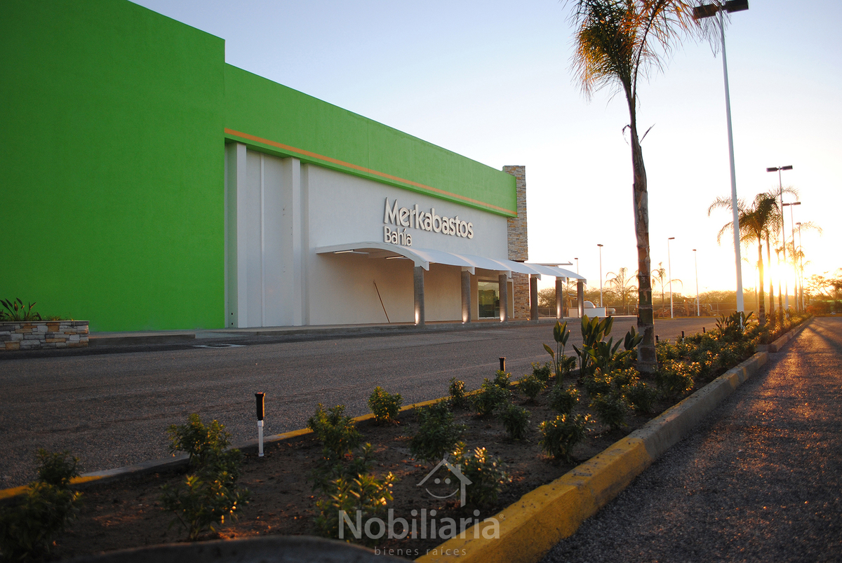 1 de 6: 12,375 m² de jardinería y estacionamiento.