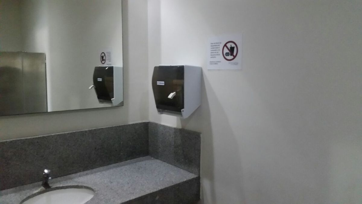 14 de 19: Interior del baño de caballeros del edicficio