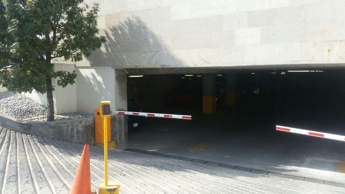 15 de 19: Entrada al estacionamiento