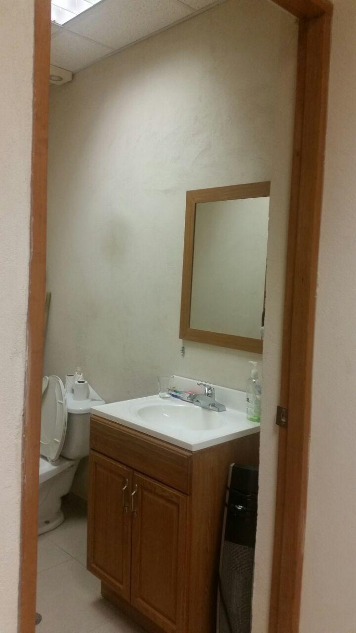 9 de 19: Interior del 1/2 baño que se ubica dentro de la oficina