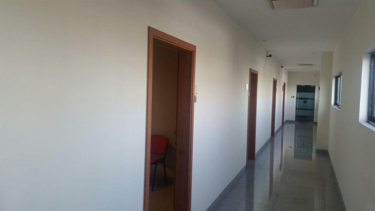 2 de 19: Pasillo y entrada a la oficina