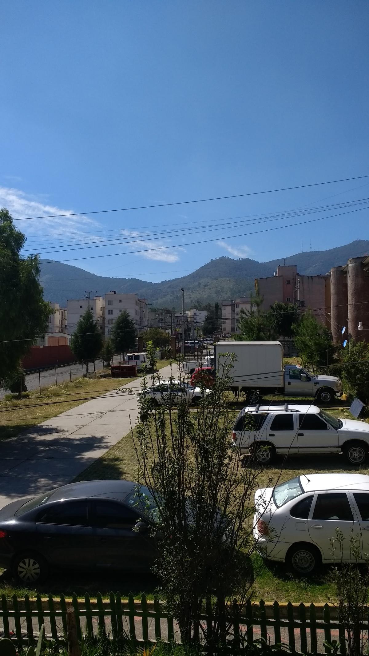 8 de 17: Estacionamiento y vista desde la sala.
