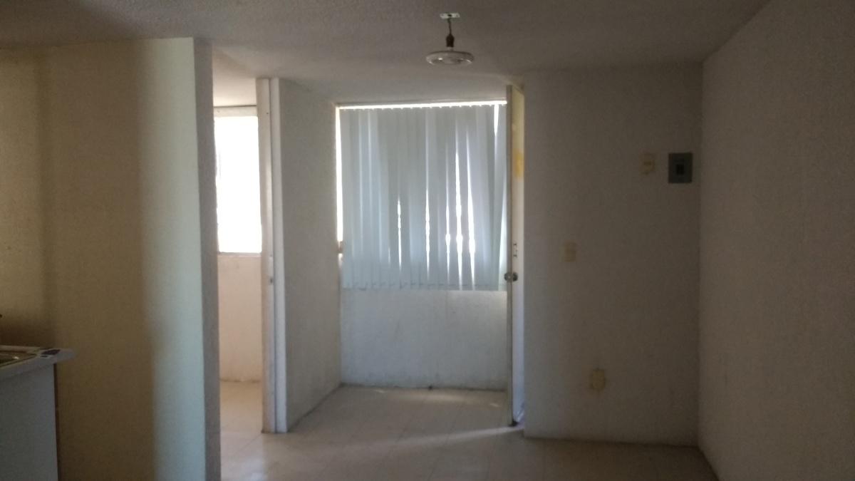 14 de 17: Entrada, habitación y entrada a cocina.