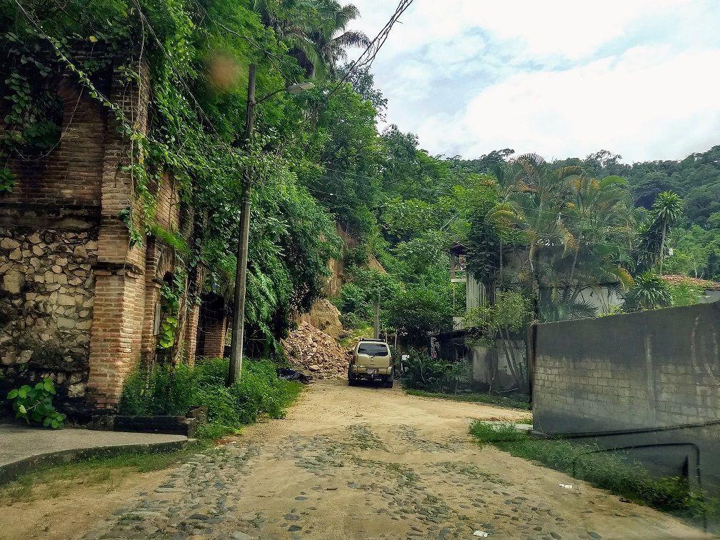 6 de 9: la calle que hace esquina con la del terreno