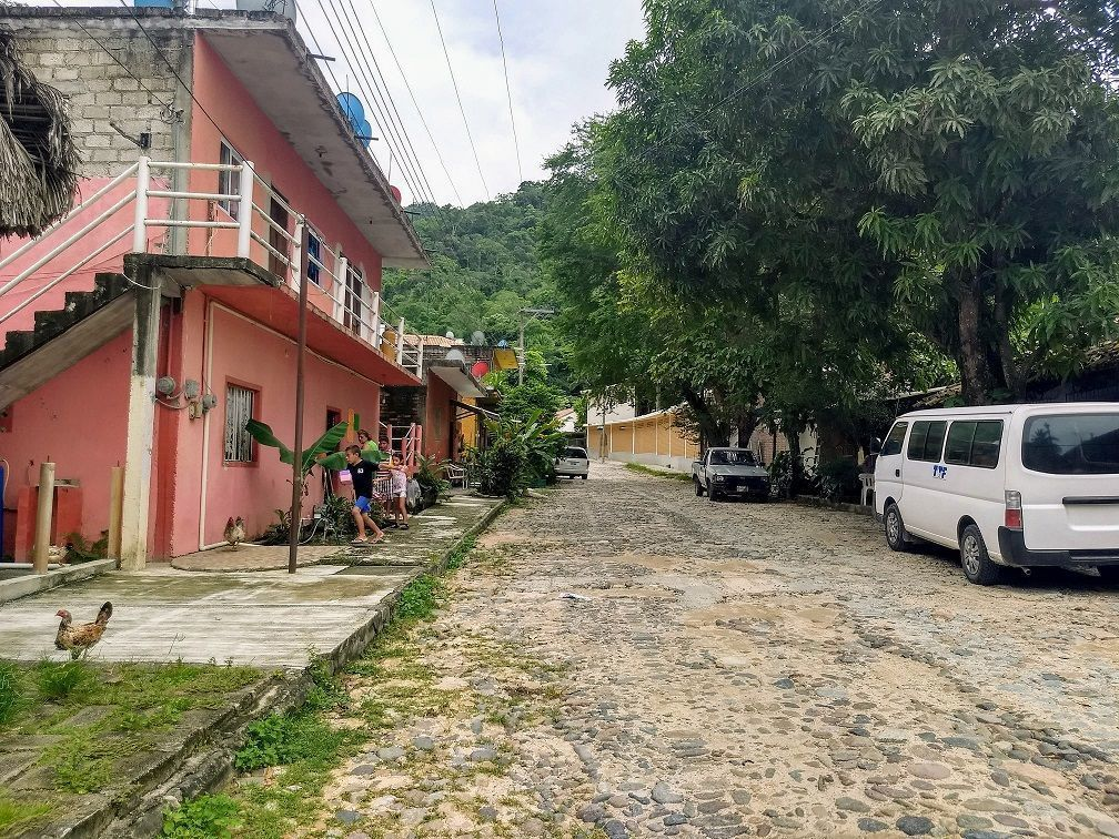 8 de 9: la calle del pueblo hacia el terreno