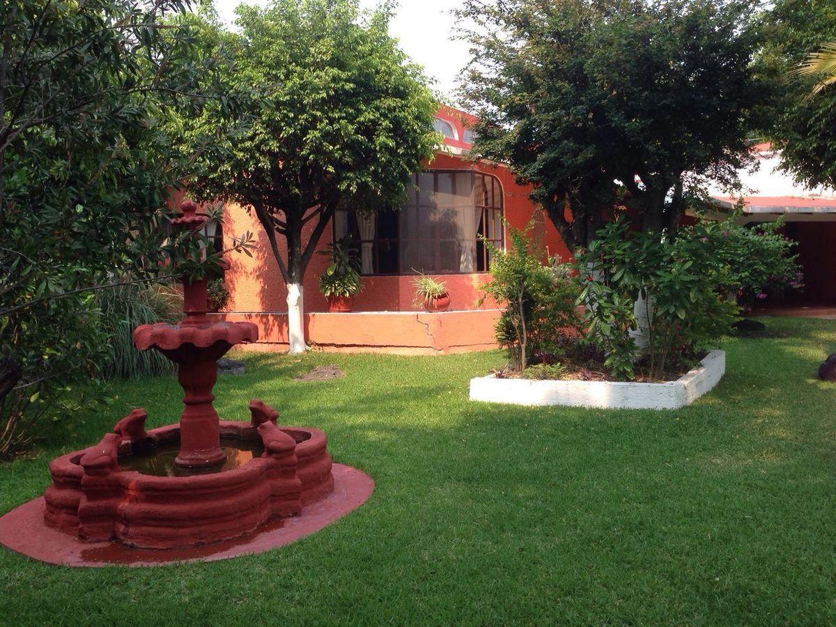 14 of 21: Jardín y Fuente