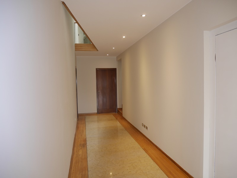 16 de 42: Pasillo primer piso con mucha luz por tragaluz en techo