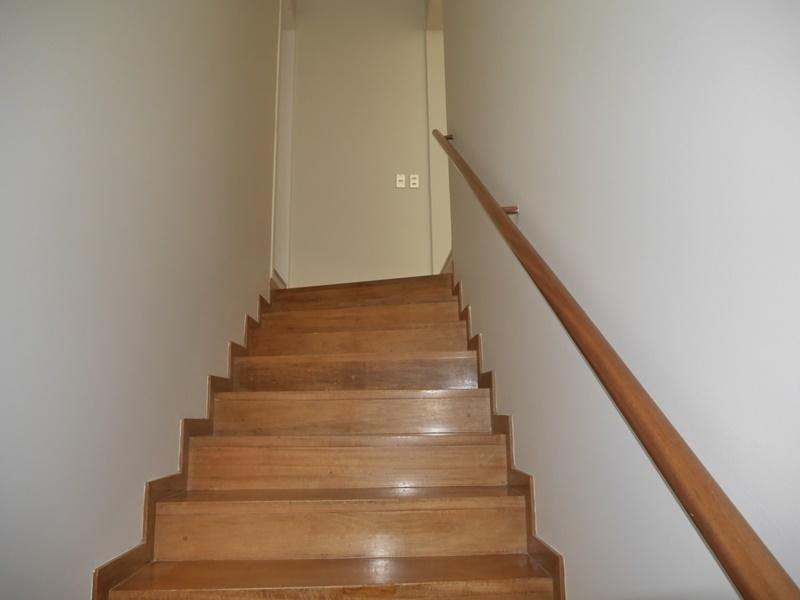 15 de 42: Escalera descansada que conduce al segundo piso