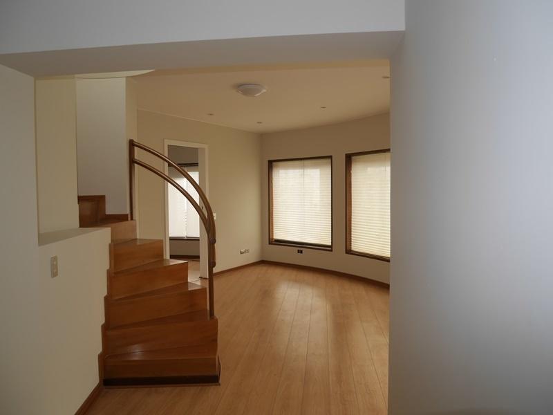 21 de 42: Sala de estar y escalera a azotea