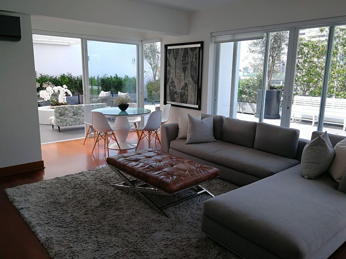 27 de 41: Sala de estar amplia con salida a terraza