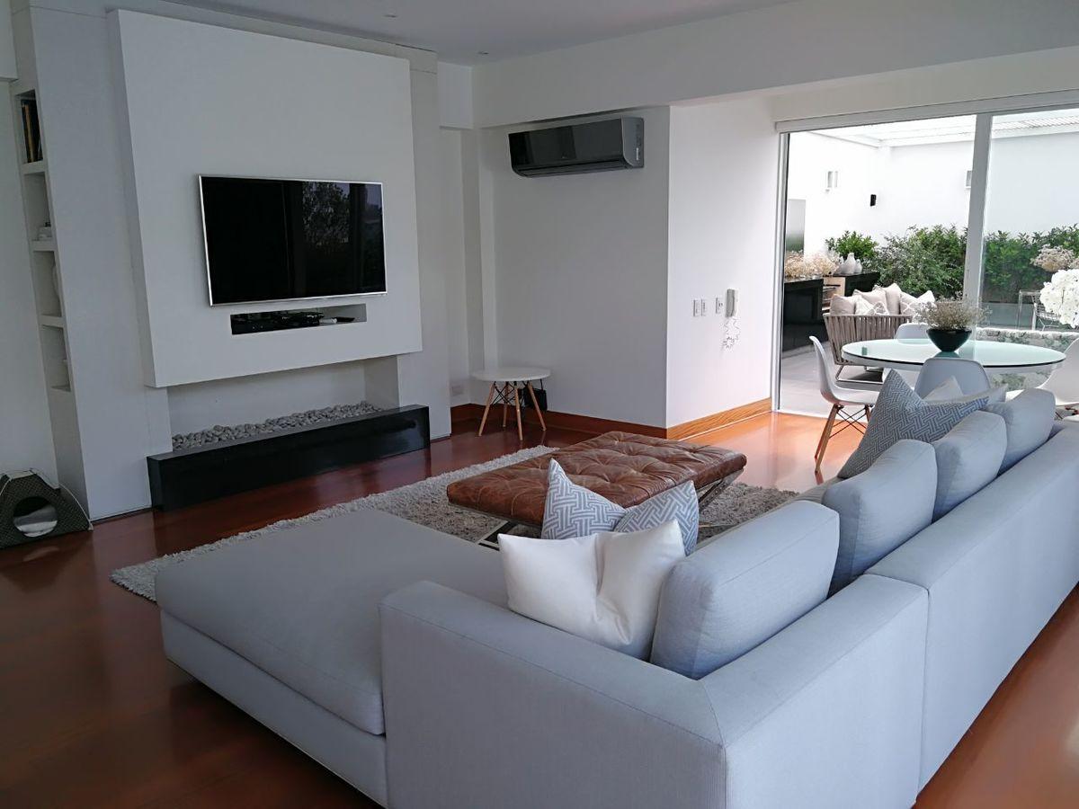 30 de 41: Amplia sala de estar con salida a terraza y jardín