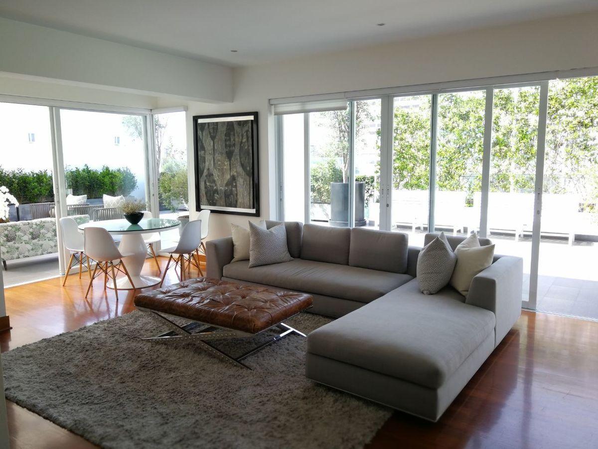 6 de 41: Amplia sala de estar con salida a terraza y jardín