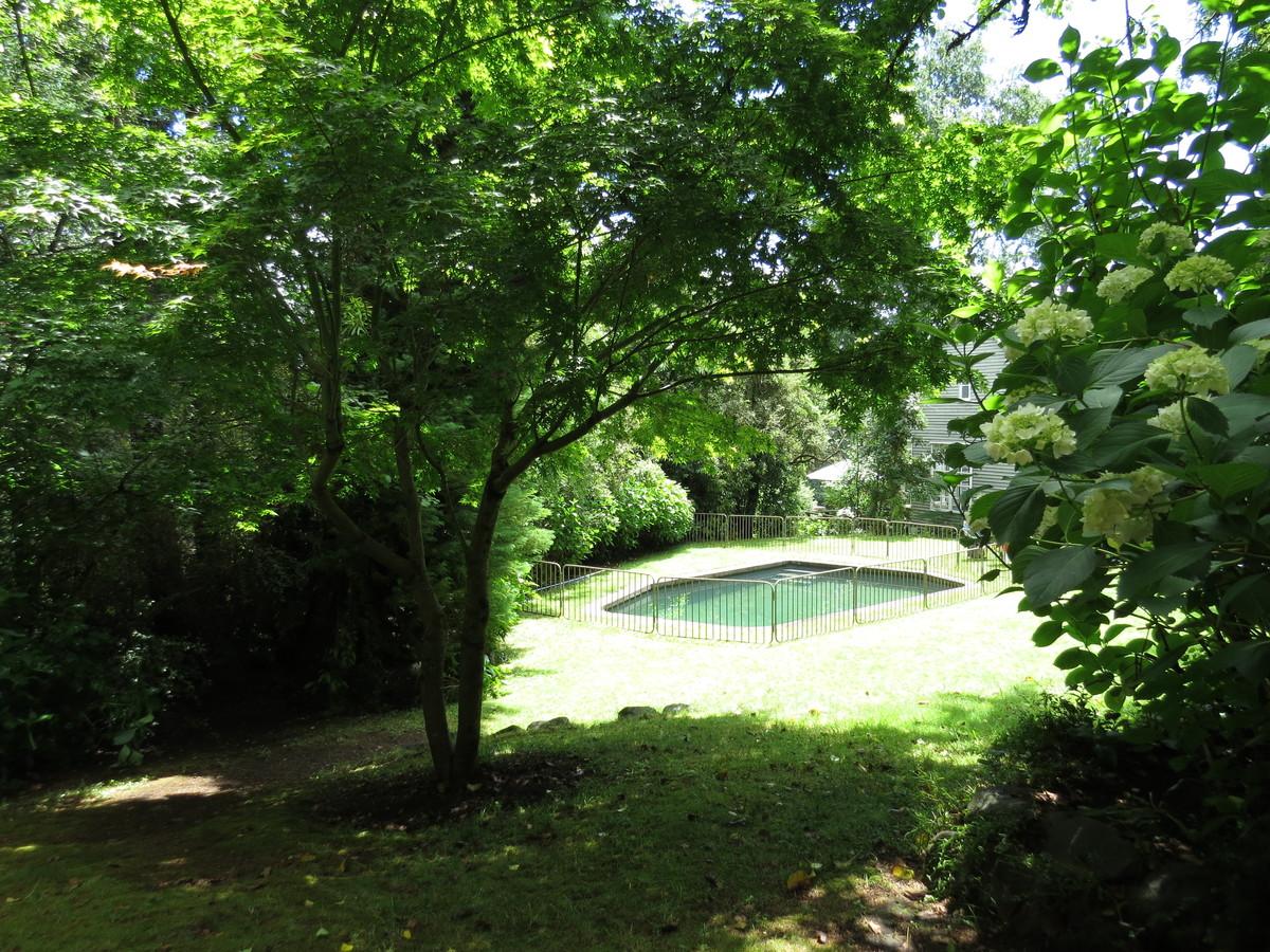 22 de 27: Amplio jardín con piscina