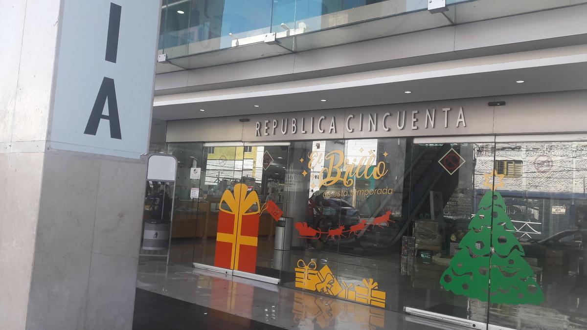 5 de 18: INGRESO CON PUERTAS DE CRISTAL