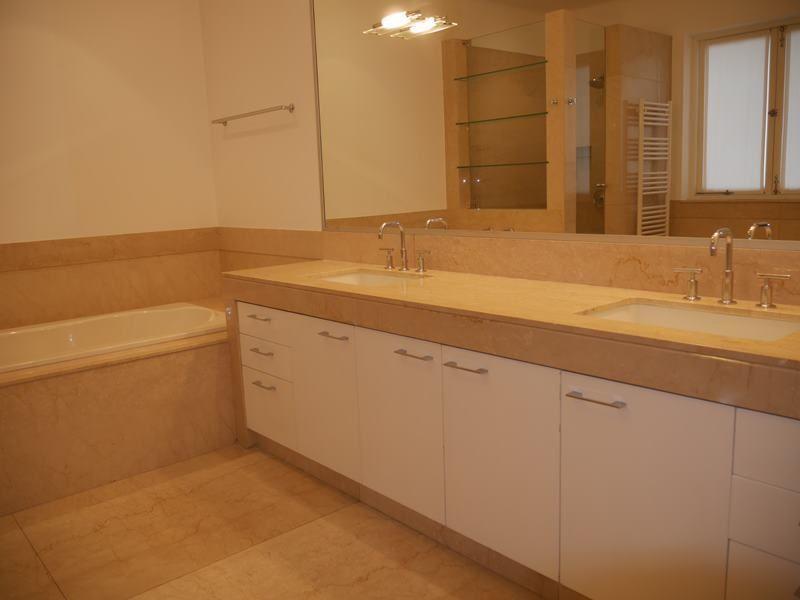 28 de 37: Baño Principal con ducha amplia y calentador de toallas