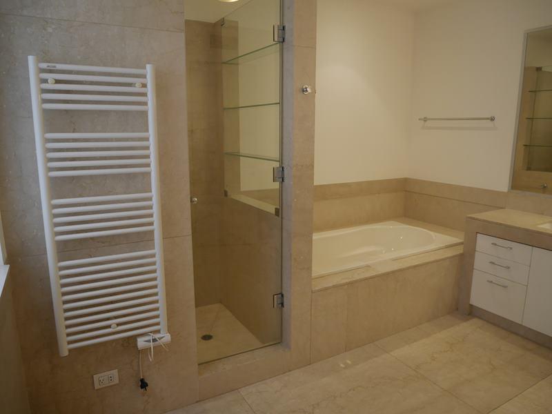 29 de 37: Baño Principal con ducha amplia y calentador de toallas