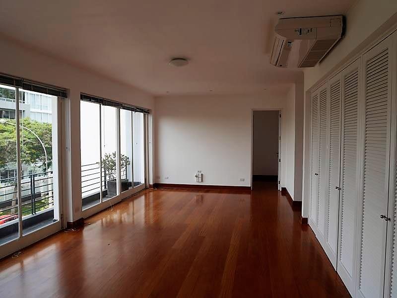 16 de 37: Sala de estar en área familiar con aire acondicionado