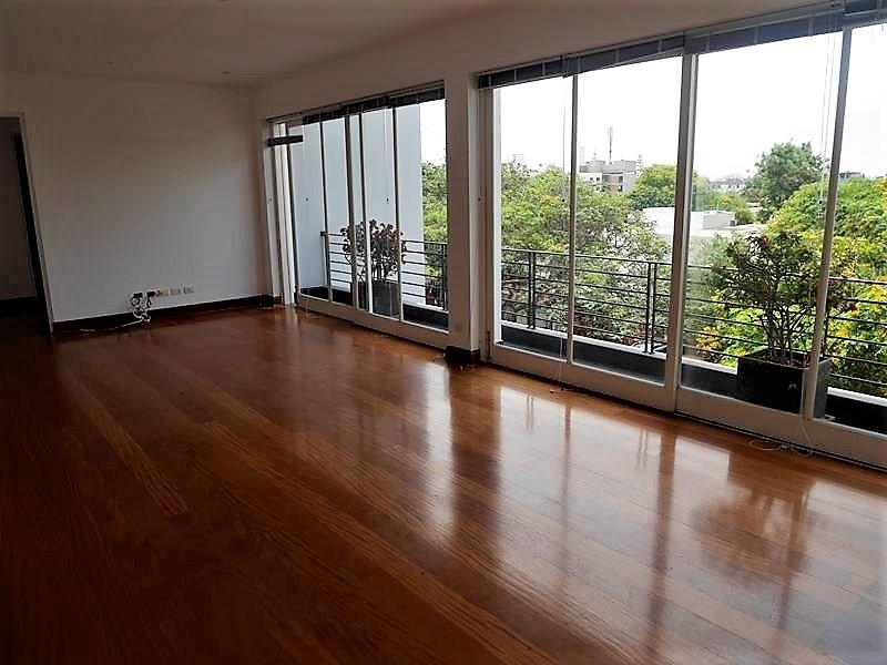 6 de 37: Sala de estar en área familiar con vista a árboles