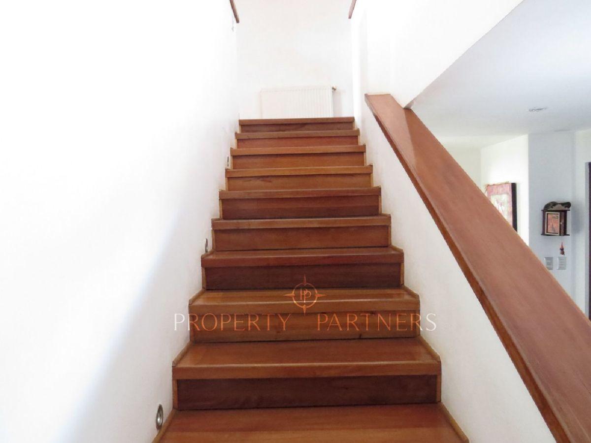 9 de 22: Escalera con piso de madera