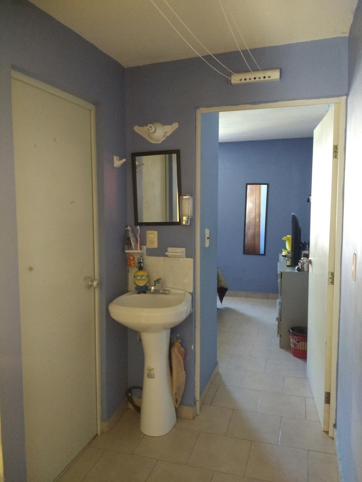 8 de 12: Lavabo y acceso a habitación principal.
