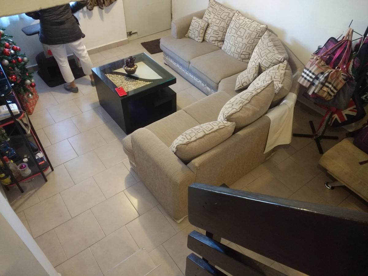3 de 12: Vista de sala desde escaleras. Pisos cerámico de primera