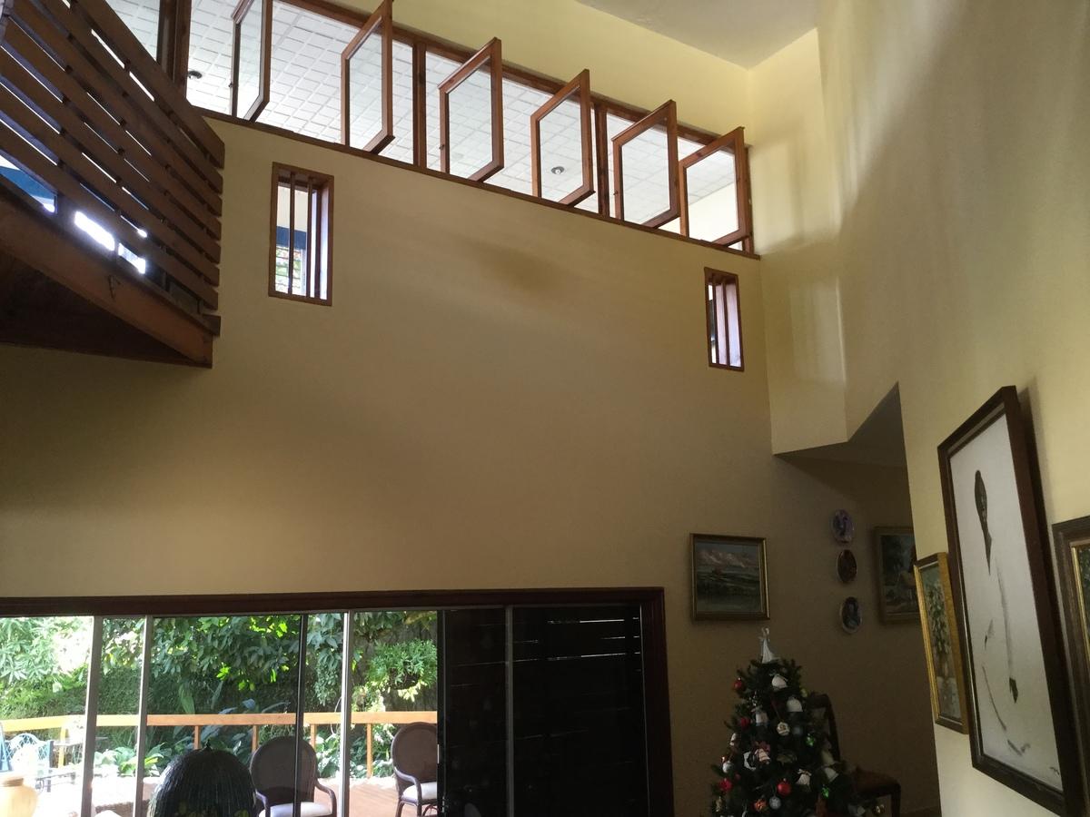 7 de 18: techo alto a la entrada de la casa y sobre la sala