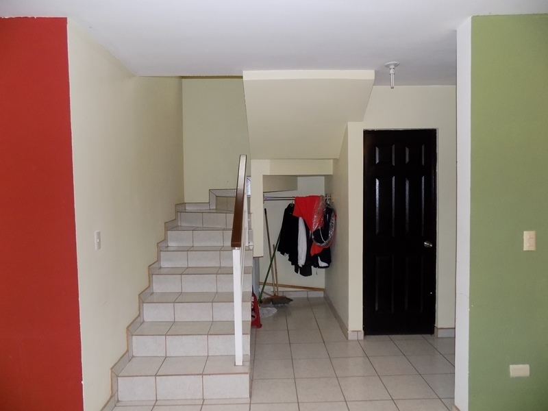 10 de 32: escalera, guardarropa y medio baño.