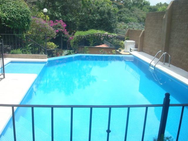 Casa residencial la monta a merliot santa tecla con for Construccion de piscinas en guatemala