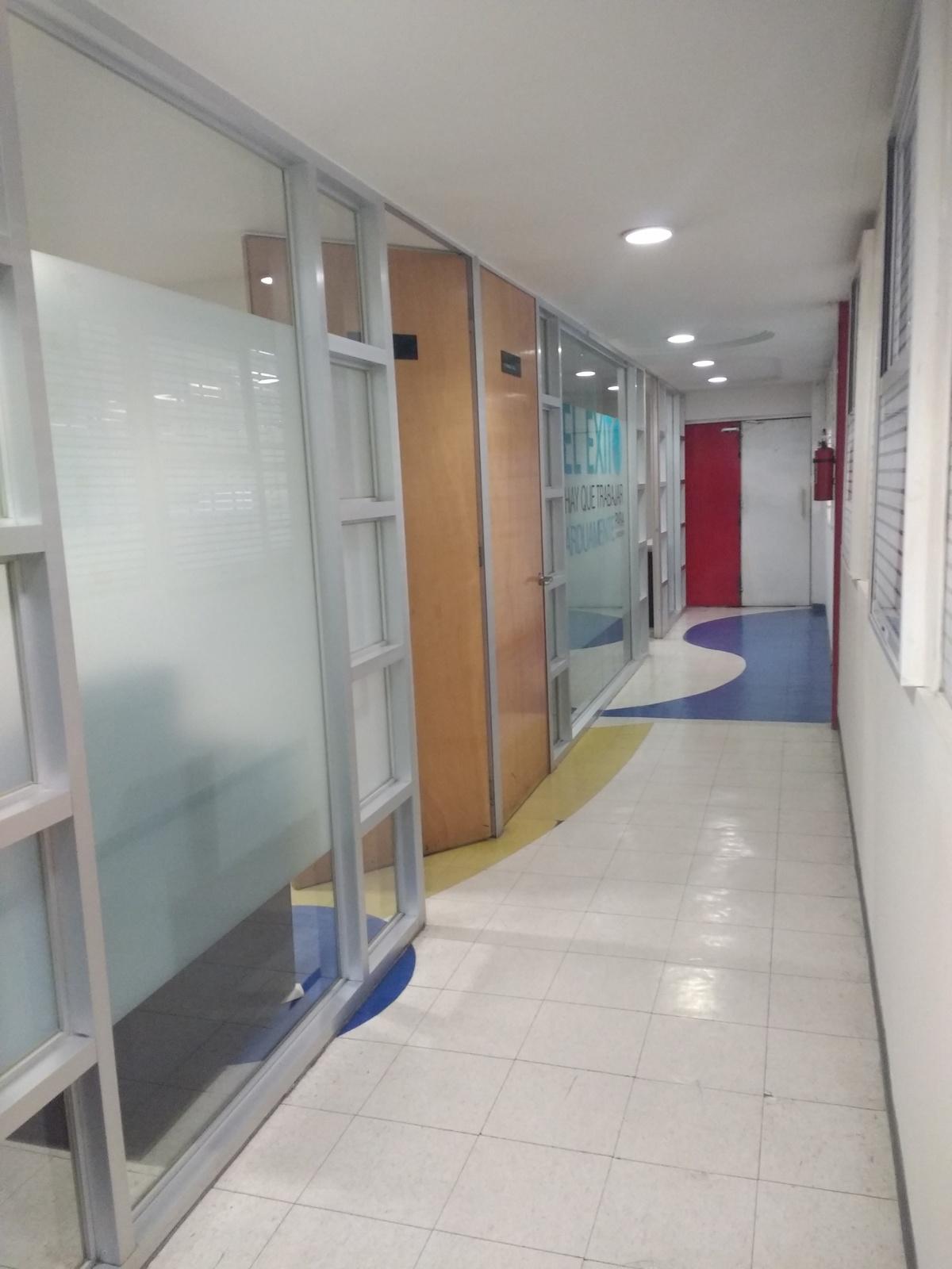 8 de 15: Pasillo Oficinas. 3 cubículos independientes o privados