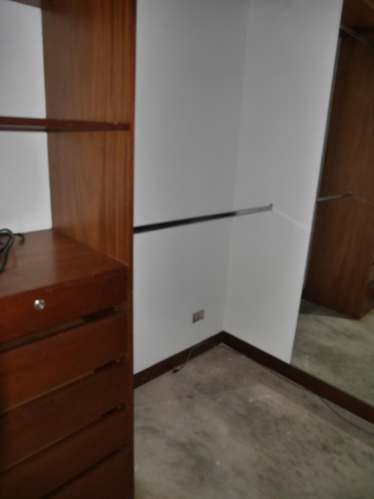 14 de 21: Uno de los dos walk-in closets del principal