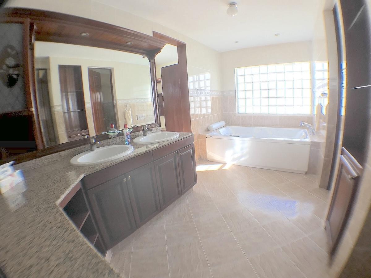 7 de 17: Baño hab. principal con ducha y Jacussy, doble lavamanos