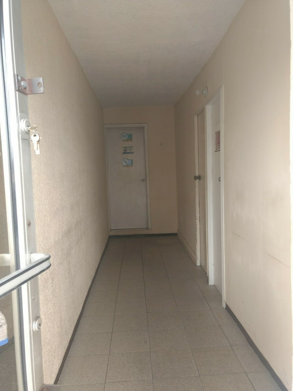 2 de 6: Pasillo Principal , con entrada a dos consultorios o privado