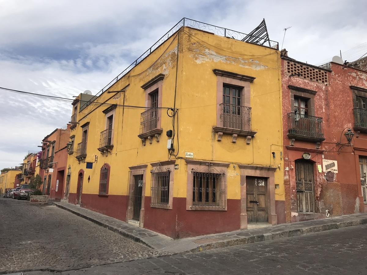 5 of 9: Fachada Zacateros. El local cuenta con 4 ventanas
