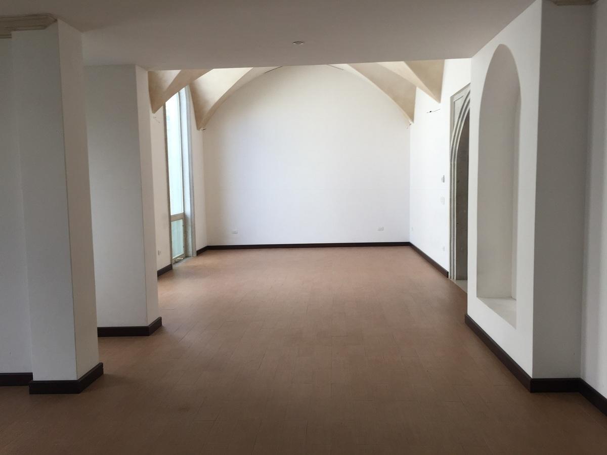 1 de 17: Sala doble a doble altura, con bóvedas.