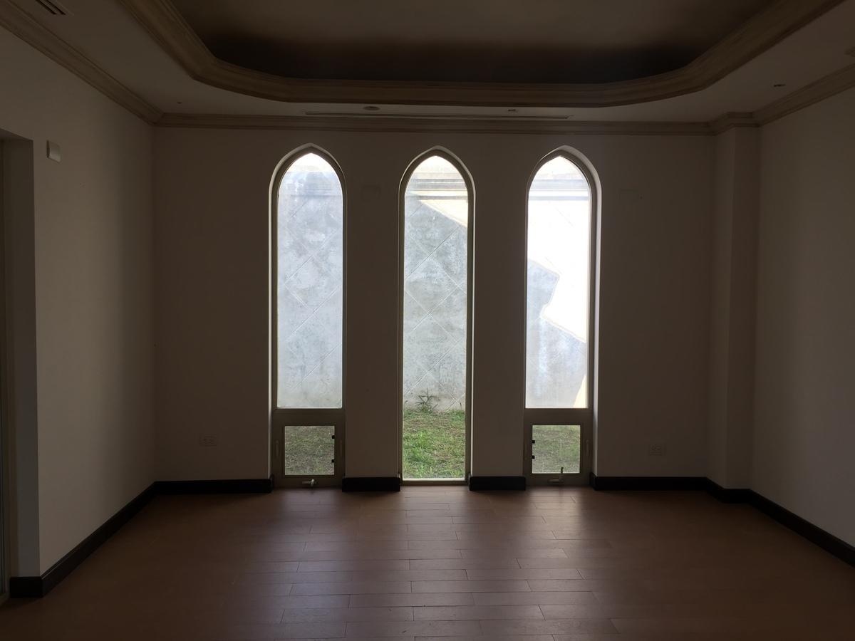 2 de 17: Sala comedor con ventanales al jardín.