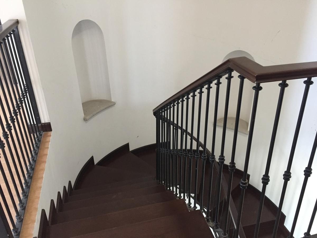 8 de 17: Escaleras interiores, recubiertos madera de encino.
