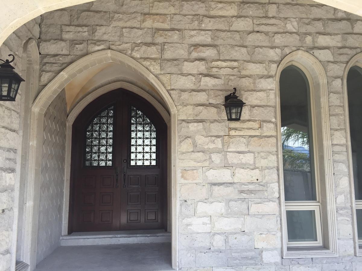 17 de 17: Puerta principal.