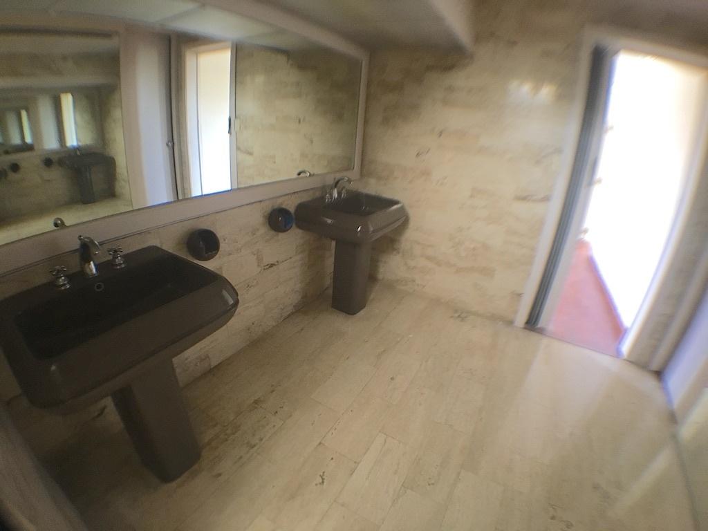 9 de 20: Baños revestidos en mármol y con doble lavamanos