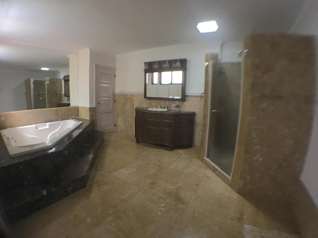 6 de 20: Baño hab. principal con ducha y Jacussy y espacios amplios