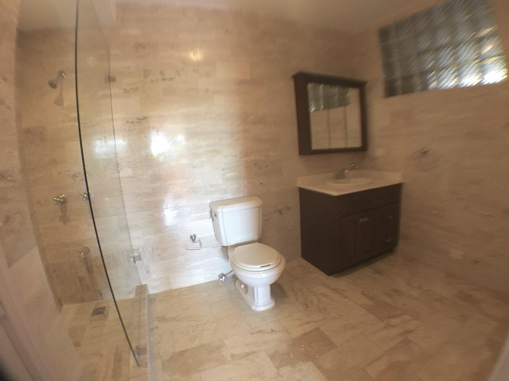 17 de 20: Baños remodelados con ducha y ventilación al exterior